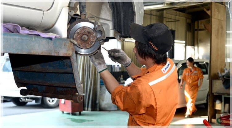 ブレーキを整備するスタッフ